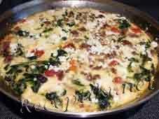 Яичница-глазунья с помидорами и колбасой