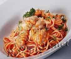 Спагетти с острым томатным соусом и жареными кальмарами