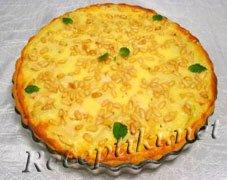 Пирог яблочный с кедровыми орешками и сливками